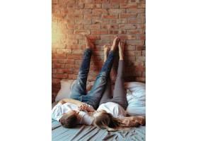 相爱的年轻夫妇在一起共度时光美女和帅哥_11013578