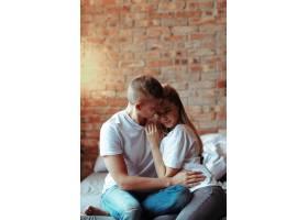 相爱的年轻夫妇在一起共度时光美女和帅哥_11013595