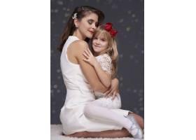 相爱的母女拥抱在一起_11821332