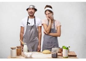 穿着围裙的恼人女性对在厨房发牢骚的丈夫感_9879728