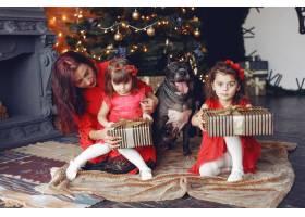 穿着红色连衣裙的漂亮女人家人在家里母_10705705