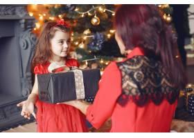 穿着红色连衣裙的漂亮女人家人在家里母_10705708