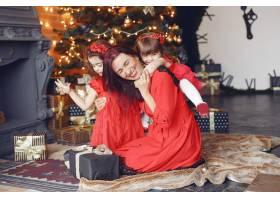 穿着红色连衣裙的漂亮女人家人在家里母_10705712