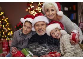 欢乐的一家人的肖像带着一些圣诞礼物_12372209