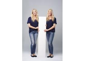 欢快的双胞胎之间的垂直标语牌_12470098
