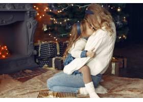 母亲带着可爱的女儿在家中靠近壁炉的地方_11241881