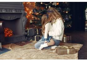 母亲带着可爱的女儿在家中靠近壁炉的地方_11241888