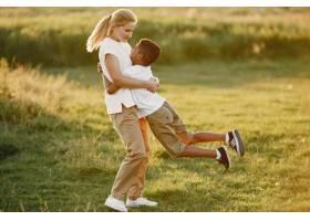 欧洲母亲和非洲儿子一家人在夏季公园里_10884103