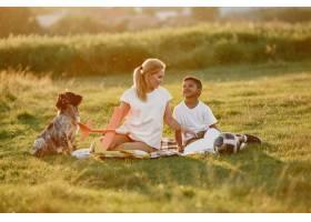 欧洲母亲和非洲儿子一家人在夏季公园里_10884125