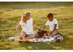 欧洲母亲和非洲儿子一家人在夏季公园里_10884136