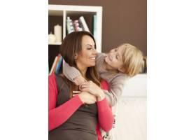 母亲和女儿在家里玩得很开心_11100968