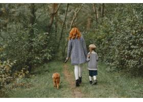 母亲和女儿在玩狗秋天公园的一家人宠物_11193193