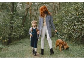 母亲和女儿在玩狗秋天公园的一家人宠物_11193202