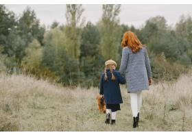 母亲和女儿在玩狗秋天公园的一家人宠物_11193298