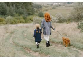 母亲和女儿在玩狗秋天公园的一家人宠物_11193345