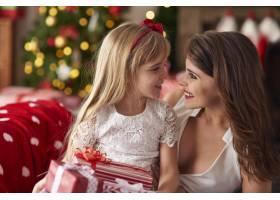 母亲和女孩在一起玩得很开心_11777940