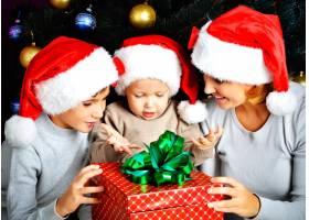 母亲和她的孩子们带着新年礼物在圣诞假期等_10881377