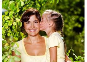 母亲和小女儿在户外的快乐肖像_10626636