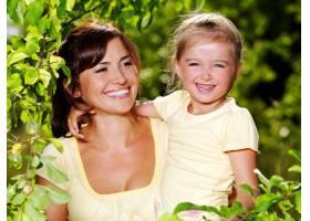 母亲和小女儿在户外的快乐肖像_10626638