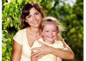 母亲和小女儿在户外的快乐肖像_10626640