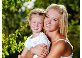 母亲和小女儿在户外的快乐肖像_10880863