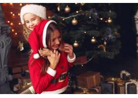 母亲带着可爱的女儿在家中靠近壁炉的地方_11243785