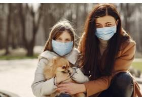 母亲带着女儿戴着口罩走在外面_7727224