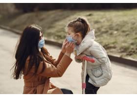 母亲带着女儿戴着口罩走在外面_7727241