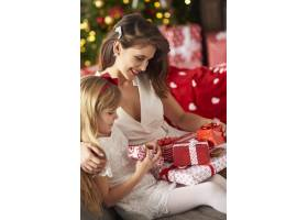 母亲带着孩子坐在沙发上的特写_11777928