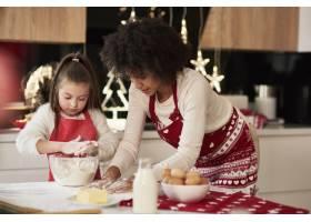 母女俩在厨房准备零食_11776169