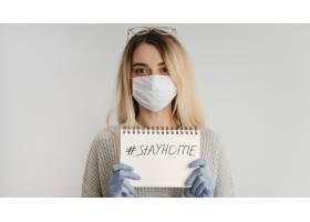 留在室内戴医用口罩和手套的妇女_12396083