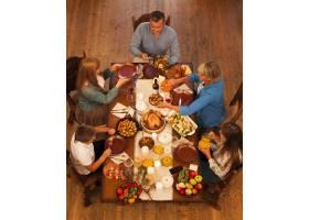 高角家庭坐在餐桌旁_10270133