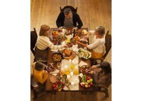 高角家庭坐在餐桌旁_10270182