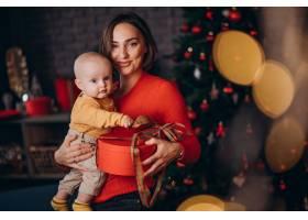 母亲带着她的男婴庆祝圣诞节_11981350