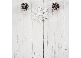 白色木质背景和复制空间的漂亮圣诞装饰品_10766879
