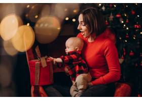 母亲带着她的男婴庆祝圣诞节_11981356