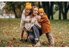 母亲带着孩子在公园里玩耍_10705394