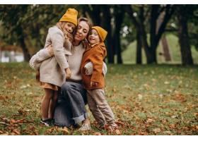 母亲带着孩子在公园里玩耍_10705398