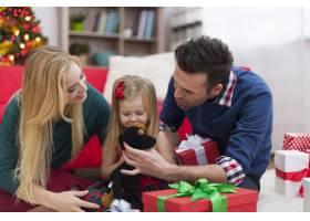 相亲相爱的一家人在圣诞节一起玩耍_10677103