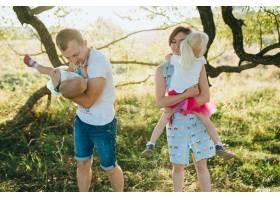 黎明时分大花园上幸福美丽的一家人_1413820