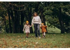 母亲带着孩子在公园里玩耍_10705416