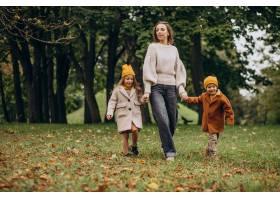 母亲带着孩子在公园里玩耍_10705837