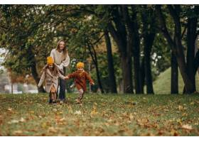 母亲带着孩子在公园里玩耍_10705840