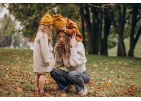 母亲带着孩子在公园里玩耍_10705883