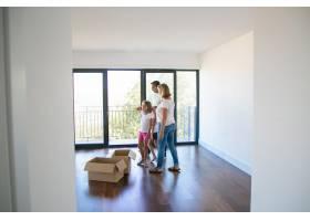 看新公寓或新房子的高加索家庭_10579222