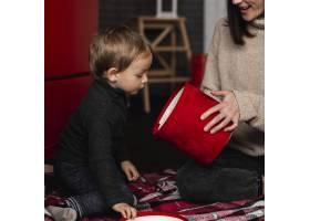 母亲带着小男孩玩耍_10850830