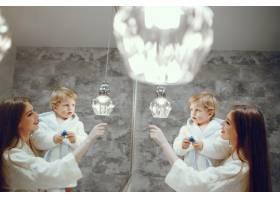 母亲带着年幼的儿子在浴室里_4381312
