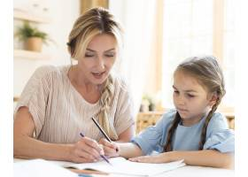 母亲帮助女儿做作业_10604694