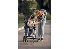 母亲戴着口罩大流行期间母亲抱着婴儿车_11160518