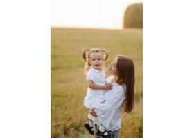 秋天田野里幸福的一家人母亲父亲和婴儿_11033755
